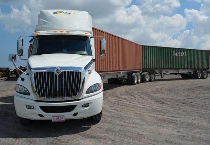 Aseguran que la prohibición del doble remolque, que propone un grupo de legisladores, incrementará 1.7 veces el número de vehículos de carga en general. (Transporte.mx)