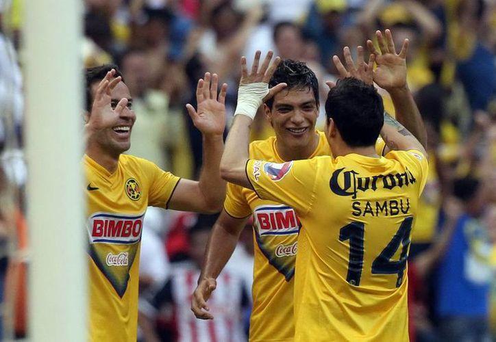 La delantera del América fue más efectiva. Luis G. Rey (izq) y Raúl Jiménez (de frente) anotaron los goles del triunfo. (Notimex)