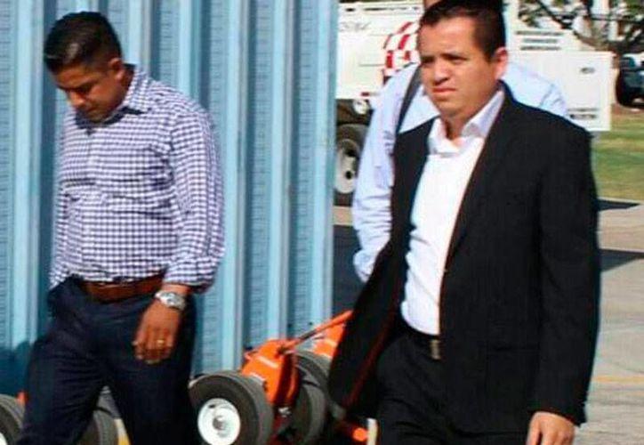 Arquímides Oseguera (de saco) fue señalado por varias empresas que licitaron obras de cobrarles cuotas para entregársela al máximo líder de Los Caballeros Templarios, Servando Gómez Martínez, alias La Tuta. (Archivo/Quadratín)