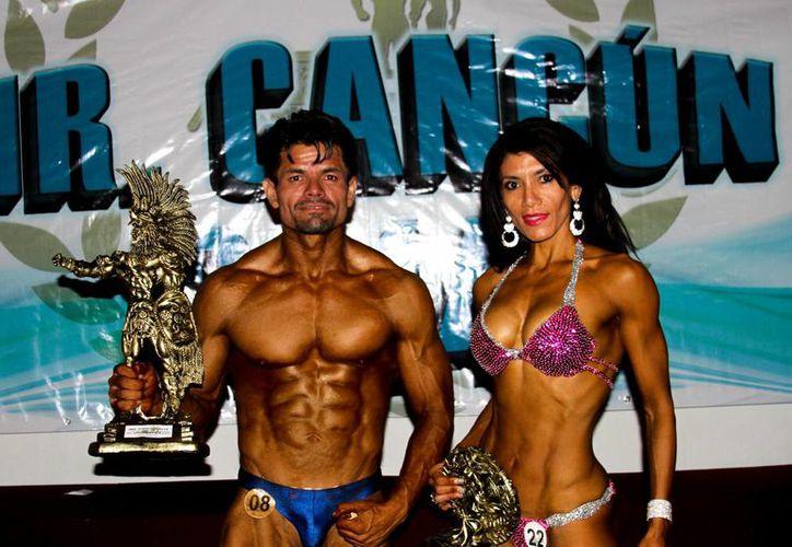 Román Sánchez se adjudicó el primer lugar en la categoría de más de 80 kilos, mientras que Jazmín Atarie fue la ganadora en la categoría de bikini. (Francisco Gálvez/SIPSE)