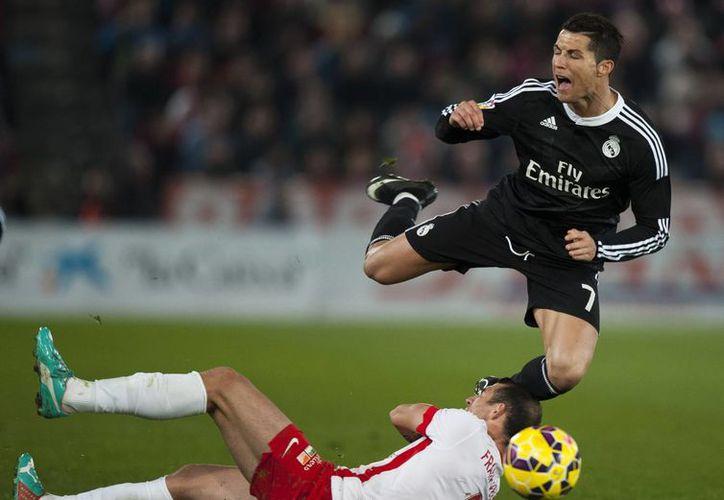 Alarcón, Bale y un doblete de Cristiano Ronaldo (en la foto, de negro) en los últimos minutos fueron suficientes para que Real Madrid derrotara 4-1 a Almería en Liga de España. (Foto: AP)