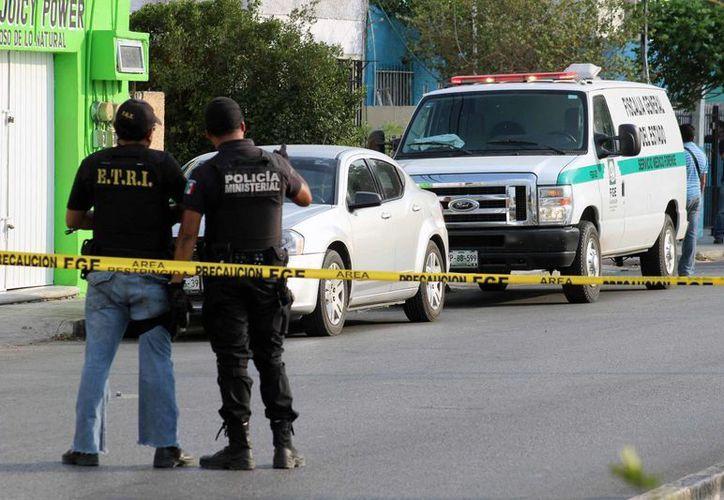 La Fiscalía General del Estado catea un predio en Chenkú donde se encontró el cadáver de un hombre. (Jorge Pallota/SIPSE)