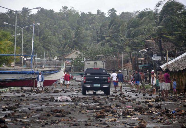 El tifón causó aludes y la suspensión de las comunicaciones. (Agencias)
