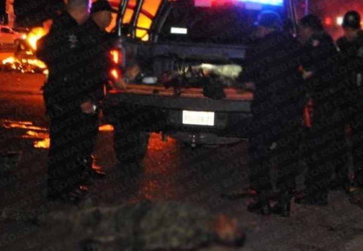El ataque a los militares el pasado 30 de septiembre en Culiacán dejó cinco soldados muertos y 10 heridos. Imagen de un grupo de agentes en el lugar donde fueron emboscados los militares. (El Debate)