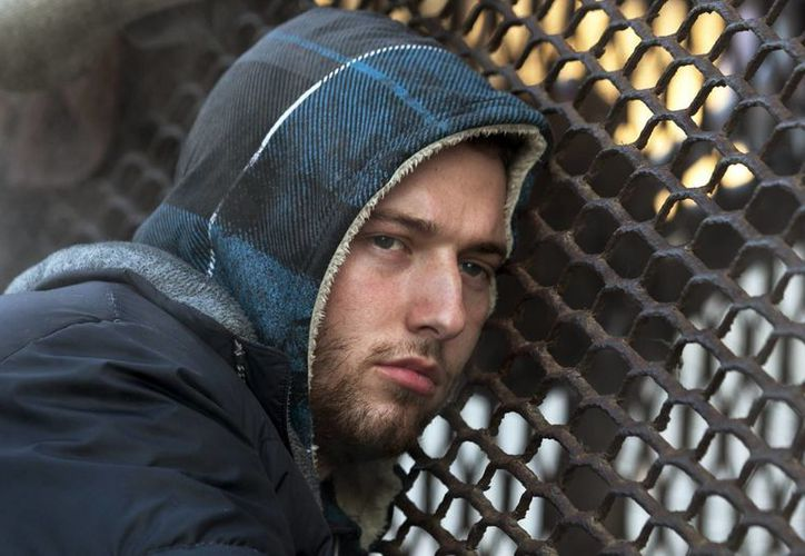 Nicholas Simmons trataba de cobijarse del intenso frío en Washington cuando su joven aspecto llamó la atención de la fotógrafa de la AP. (Agencias)