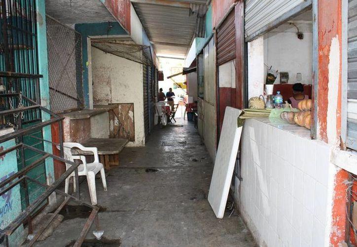 En 2011, el centro de abasto contaba un promedio de 90 locales cerrados. (Juan Palma/SIPSE)