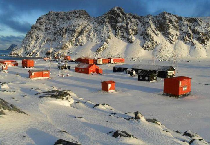 En la Antártida hace tanto frío que incluso en el verano solo hay aproximadamente 10 mil personas viviendo en ese continente. En la foto, una comunidad científica argentina. (cofa.org.ar)
