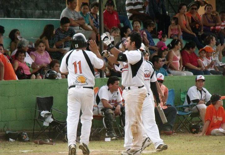 Jugadores de Naranjeros celebran una de las carreras convertidas ante Bokobá. (Milenio Novedades)