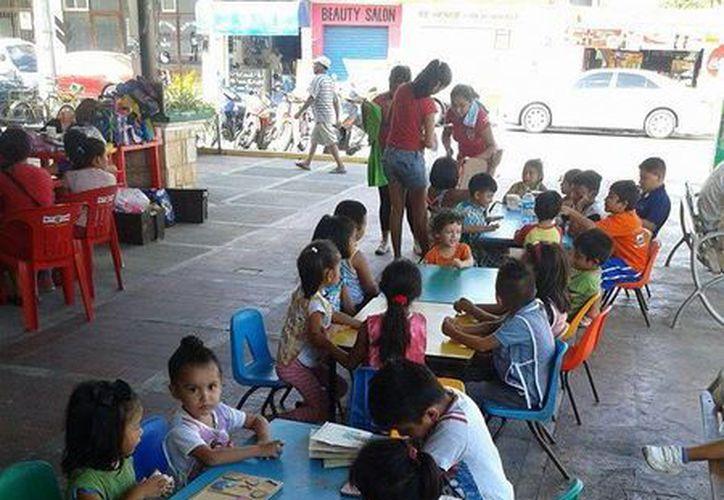 En el mercado municipal se dan clases de manualidades a unos 40 niños,  ahora que se encuentran de vacaciones escolares. (Irving Canul/SIPSE)
