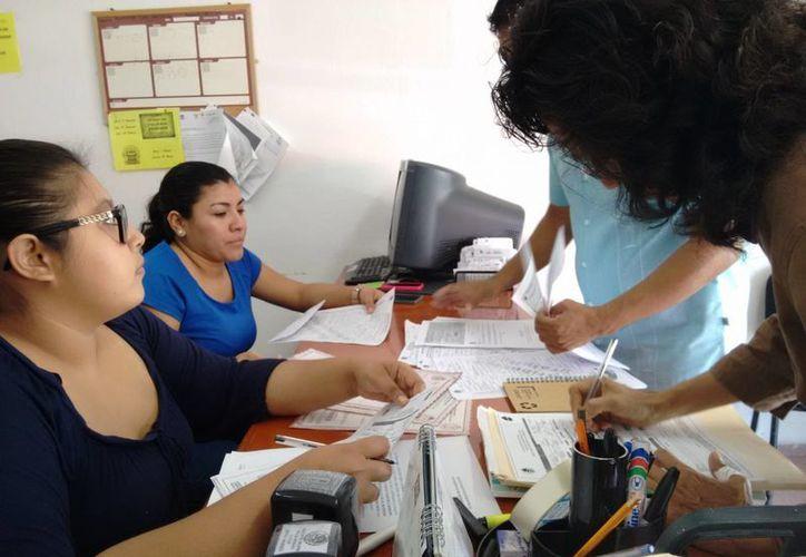 El matrimonio de mujeres tendrá que esperar la resolución de Chetumal respecto al registro de sus bebés. (Rossy López/SIPSE)