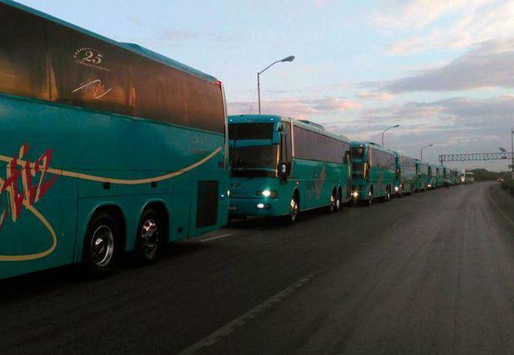 Transportistas de pasajeros y de carga se apostaron en la vía Mérida-Campeche para protestar por el 'gasolinazo'. (Daniel Sandoval/SIPSE)