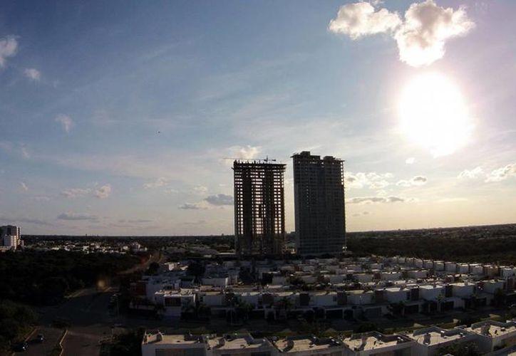 """Los """"rascacielos"""" empiezan a formar parte del paisaje de Mérida. (Milenio Novedades)"""