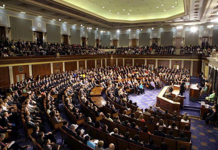 Republicanos y demócratas están casi en iguales condiciones: los legisladores demócratas tienen un patrimonio medio de 1.04 millones de dólares anuales, contra un millón de sus adversarios políticos. (Archivo Notimex)
