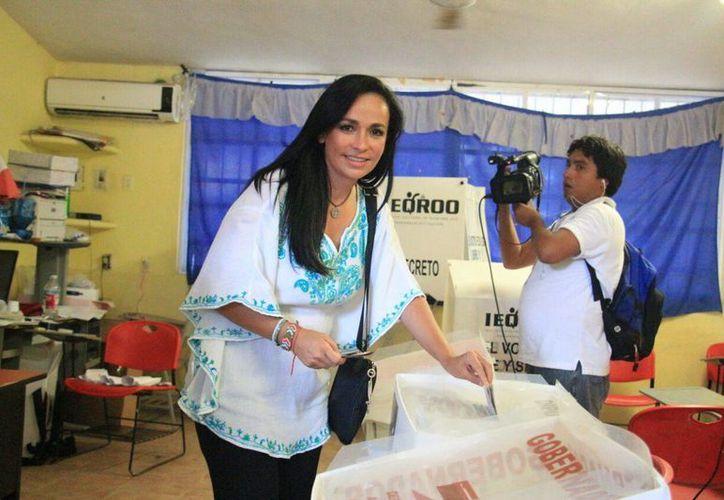 La candidata del PRI-PVEM-Panal, Laura Fernández, votó en una casilla de Puerto Morelos, en la que los votantes y la gente que se encontraba afuera la abucheó e insultó. (Sergio Orozco/SIPSE)