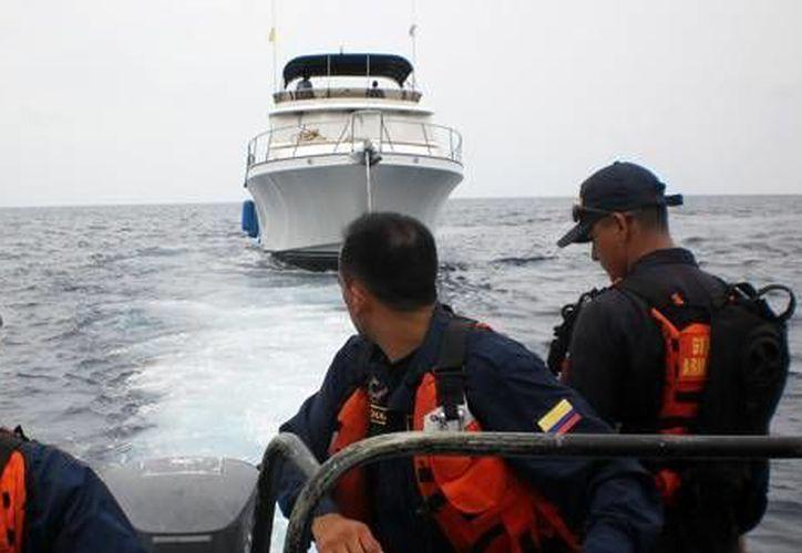 La embarcación fue remolcada hacia la isla de Albuquerque con uno de sus ocupantes. (Colpresa/Armada Nacional)