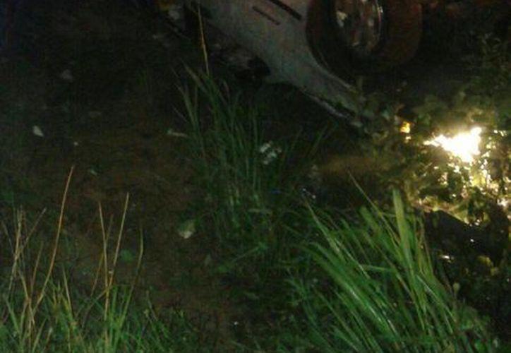 La camioneta terminó destrozada después del accidente; el conductor huyó.  (Redacción/SIPSE)