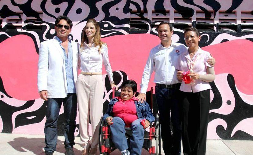 Con el mural que está afuera del DIF se pretende crear conciencia sobre el cáncer de mama. (Redacción/SIPSE)