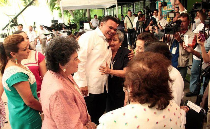 Rolando Zapata Bello se encontró con cuatro de sus seis profesoras de primaria de la escuela 'Ignacio Zaragoza', donde cursó sus estudios, y quienes fueron sus invitadas especiales al Informe de gobierno.  (Jorge Acosta/Milenio Novedades)