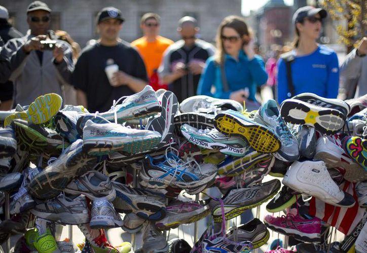 'Muro' de tenis en memoria de las víctimas de los atentados terroristas ocurridos en Boston. (Agencias)
