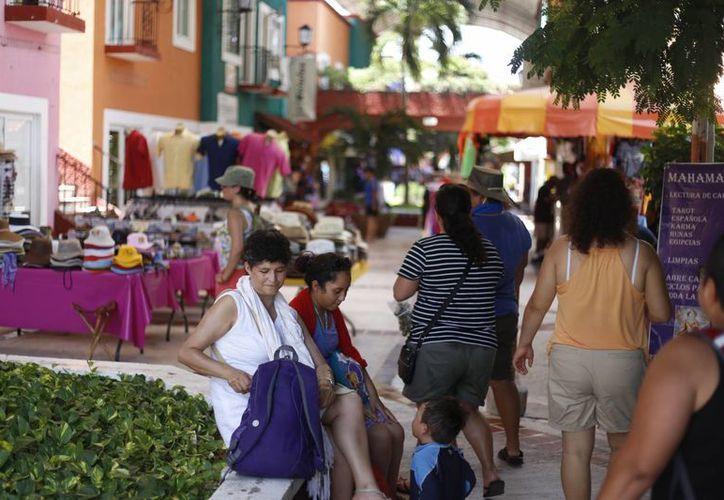 La compra de artesanías abunda en el mercado 28. (Israel leal/SIPSE)