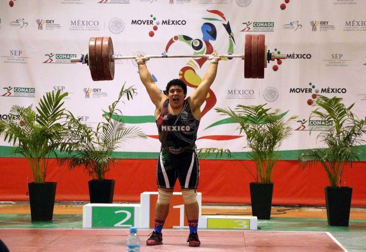 El halterofilista yucateco Josué Medina Andueza no solo ganó tres medallas de oro, sino que fue el deportista más ganador en la jornada del Jedecac y lo hizo sin dejar dudas. (Foto: José Acosta/SIPSE)