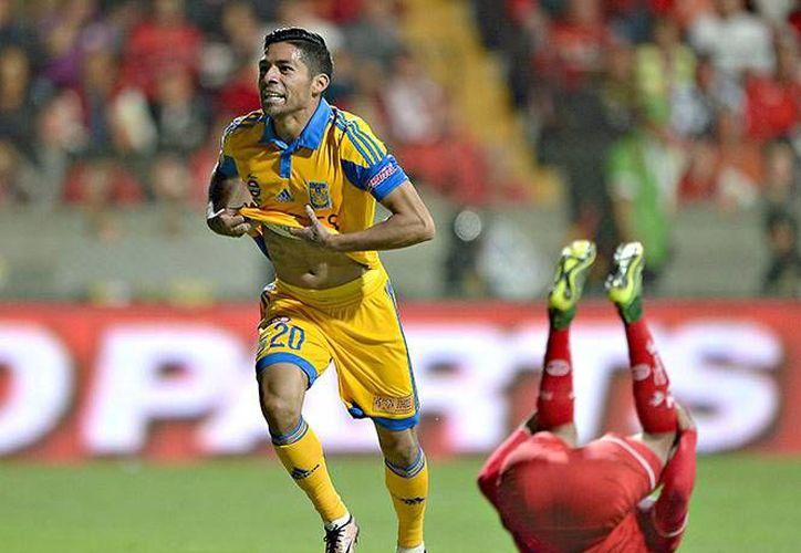 Javier Aquino marcó el primer gol de los Tigres al minuto 68' luego de que rematara un servicio de Damián Álvarez. Los universitarios se mostraron preparados para pelear el campeonato del Apertura 2015. (Imágenes de Mexsport)