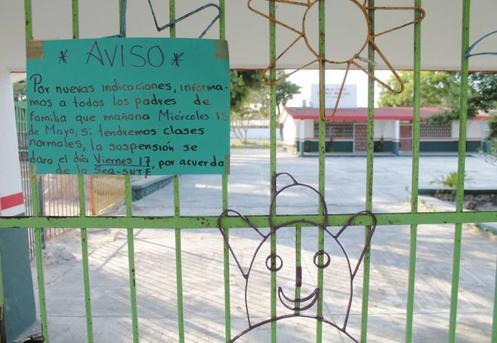 Alguna escuela dejaron avisos a los padres de familia. (Jesús Tijerina/SIPSE)