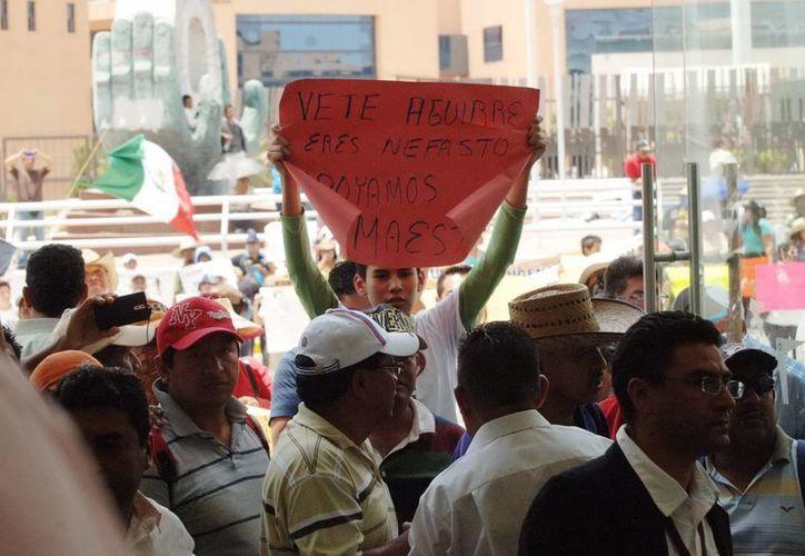 Maestros de Guerrero en una manifestación frente al Palacio de Gobierno de dicha entidad. (Archivo/Notimex)