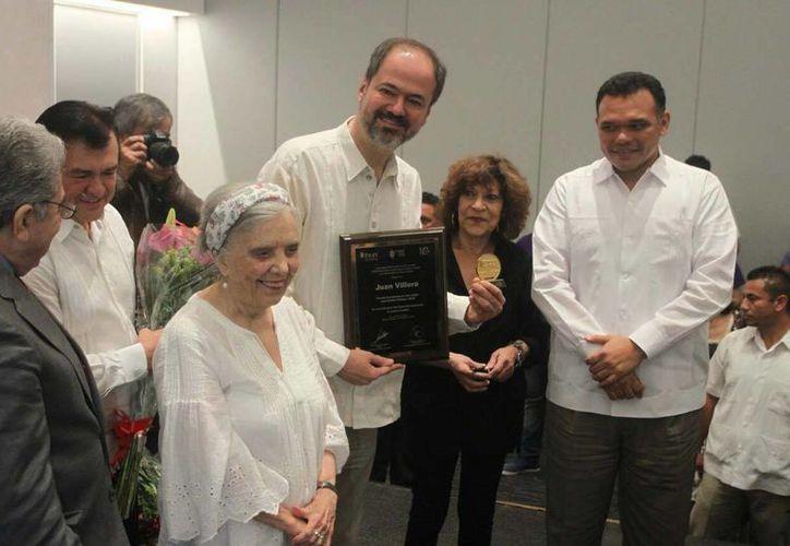 Imagen de la entrega de la del Premio a la Excelencia en las Letras 'José Emilio Pacheco' al escritor Juan Villoro (al centro). (Amílcar Rodríguez/Milenio Novedades)