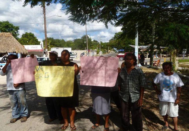 Los manifestantes piden la intervención del gobernador del Estado. (Raúl Balam/SIPSE)