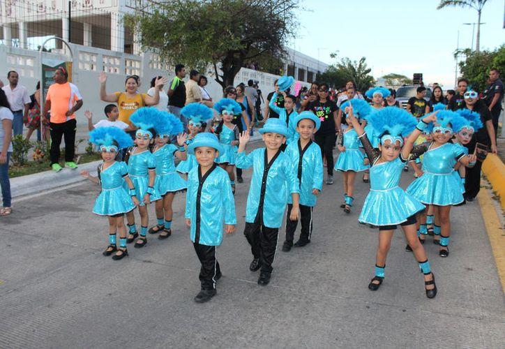Durante el recorrido del contingente, los niños repartieron dulces y mostraron sus bailes cadenciosos a quienes llegaron desde antes de las 6 de la tardes. (Joel Zamora/SIPSE)