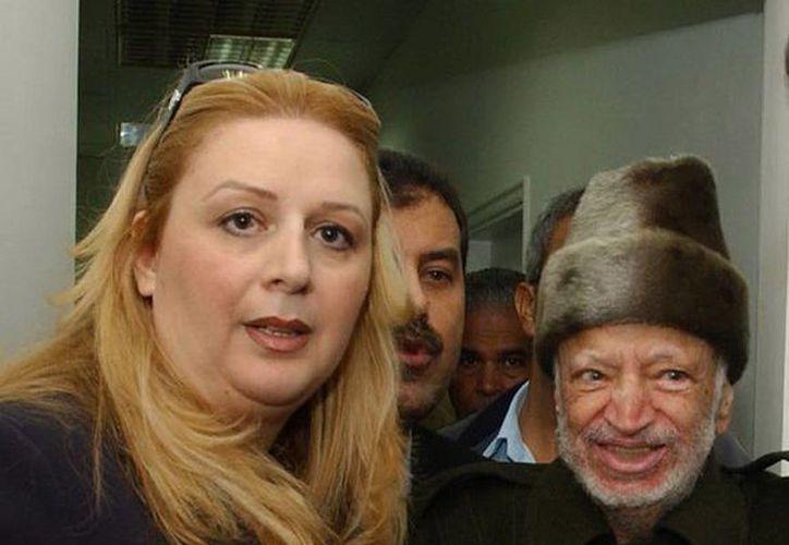 Fotografía facilitada por La Autoridad Nacional Palestina del presidente palestino, Yasser Arafat, ayudado por su esposa. (Archivo/EFE)