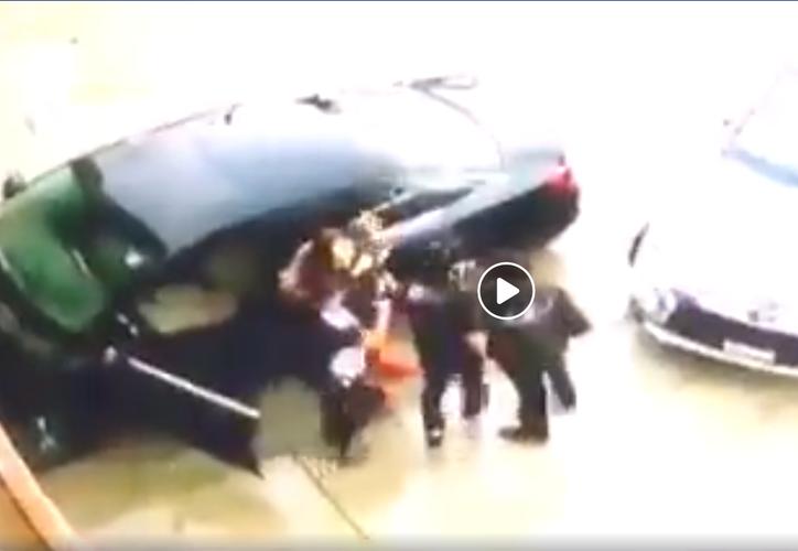 En cuestión de segundos la mujer es abajada de su vehículo y accede subir al automóvil de los falsos agentes de seguridad. (Sin Embargo)