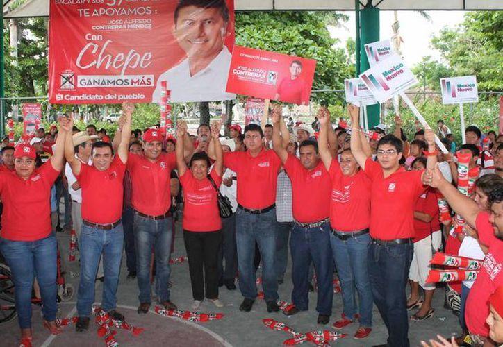 Decenas de simpatizantes se reunieron con el candidato José Alfredo Contreras Méndez. (Carlos Horta/SIPSE)