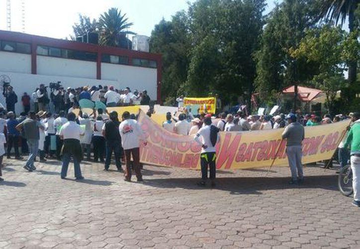 Cerca de 300 operadores de mototaxis se manifiestan en la explanada de la delegación Tláhuac. (César Velázques/Milenio).