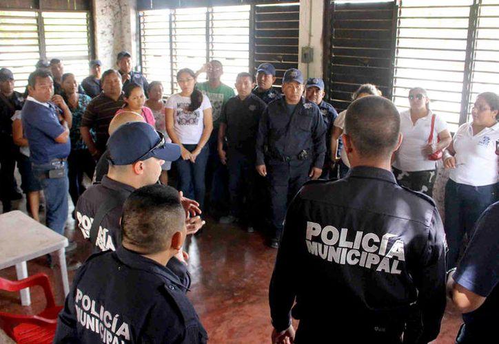 Elementos de la Policía Municipal se reunieron con vecinos para escuchar los diversos problemas que enfrentan. (Jesús Caamal / SIPSE)