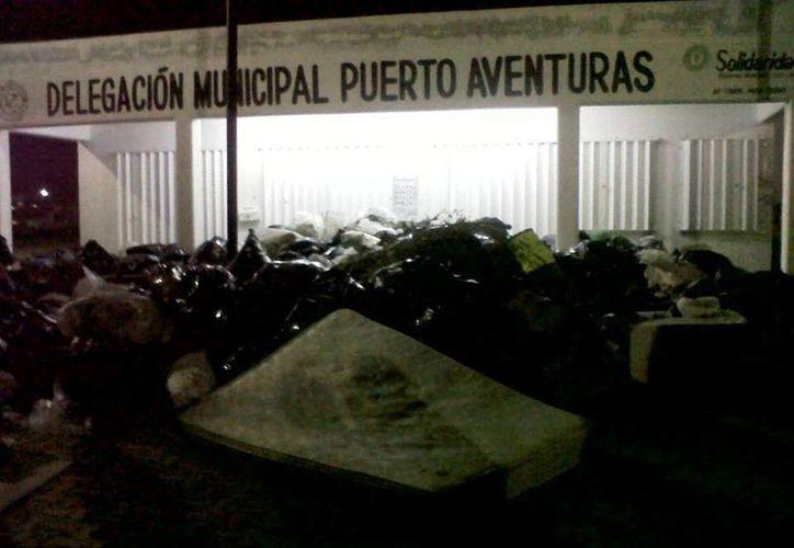 Las instalaciones de la delegación fueron 'cubiertas' por seis toneladas de basura. (Archivo/SIPSE)
