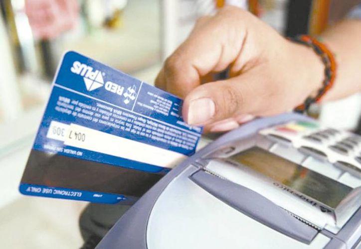 La Condusef sugiere ser responsable al hacer uso de las tarjetas de crédito en esta temporada navideña. (Milenio Novedades)