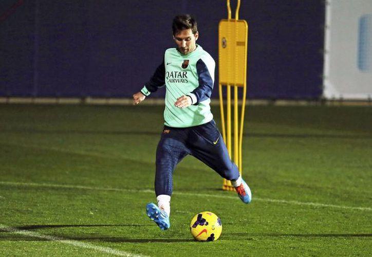 Leo Messi en el entrenamiento que el equipo realizó la tarde del jueves en la ciudad deportiva del club Barcelona. (EFE)