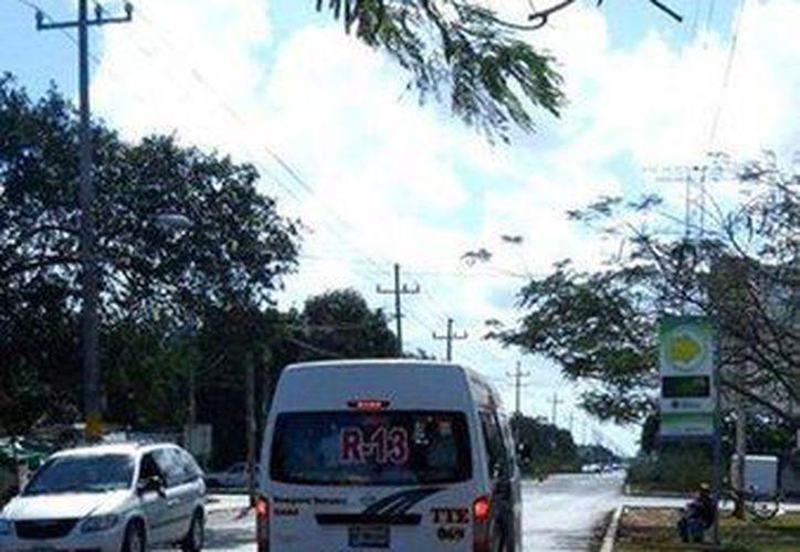 El Sindicato de Taxistas de Cancún sancionó al conductor de una camioneta Urban de transporte colectivo. (Cortesía)
