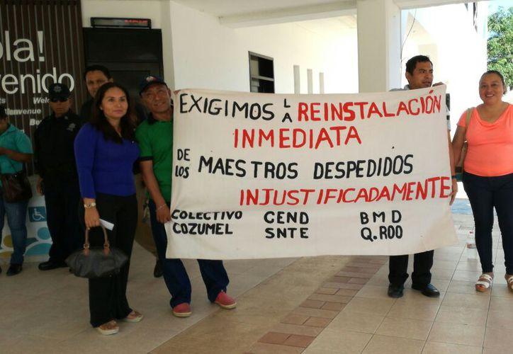profesores se manifestaron en el ayuntamiento de Solidaridad; buscarán ampararse. (Foto: Daniel Pacheco/SIPSE)