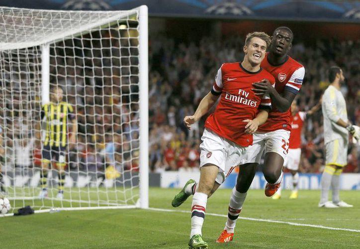 Aaron Ramsey (I) anotó un doblete en el Emirates Stadium y el club inglés superó 2-0 a su oponente turco. (Agencias)
