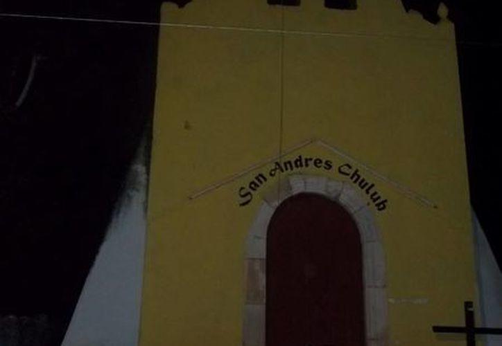 """Fachada de la capilla de San Andrés, en Muna, la cual está frente al parque en donde han visto el """"ser fantasmal"""". (Jorge Moreno/SIPSE)"""
