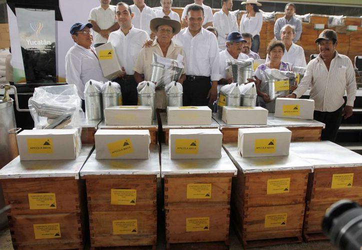 La entrega de apoyos en la Feria de Xmatkuil, con motivo del Día del Apicultor. (SIPSE)
