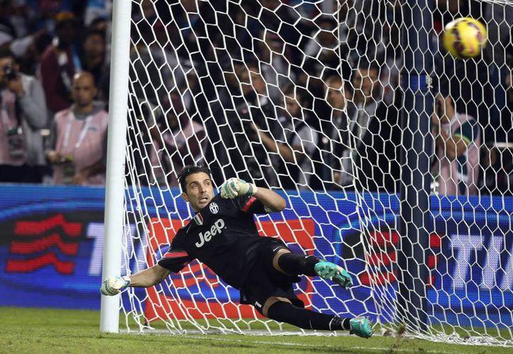 El veterano arquero Gianluigi Buffon detuvo tres penales de Napoli en la final de la Supercopa de Italia, pero su equipo perdió. (Foto: AP)