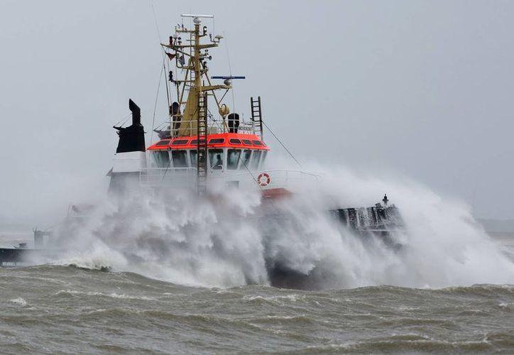 Olas de gran tamaño provocadas por el huracán 'Niklas' se estrellan con un barco sobre el río Elba, cerca de Brunsbuettel, Alemania. (Foto: AP/dpa, Bodo Señales)