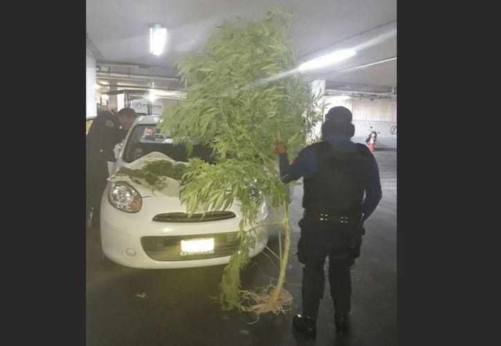 Tras un rondín de rutina los elementos de seguridad encontraron al hombre consumiendo cristal en su vehículo. (Excelsior)