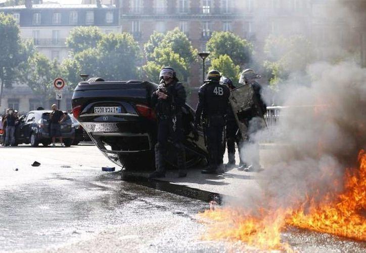 En algunas partes de Europa las protestas contra Uber se tornaron violentas e incluso algunas unidades fueron destrozadas y quemadas, como se observa en la imagen. (techcrunch.com)