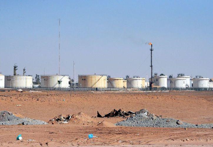 Vista de los tanques de gas, cerca de la ciudad de In Amenas, al sureste de Argel. (EFE)