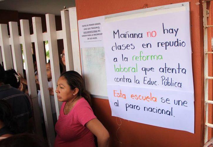 Se informó del paro con avisos en las puertas de las escuelas. (José Acosta/SIPSE)